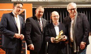Nach der Preisverleihung (v.l.n.r.): René Schneider MdL, Sprecher der KF Xanten, Guido Lohmann (Vorstand der Volksbank Niederrhein), Preisträger Theo Geenen, Günter Bode (Kreishandwerkerschaft Wesel)